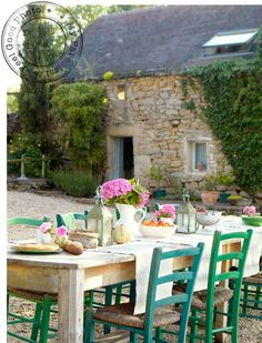 Love this outdoor dining look...