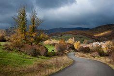 """""""Aquella nubosa mañana de otoño, me acerqué a 7 km de Cervera de Pisuerga para hacer fotos en el pueblecito de RESOBA.   Cuando creí terminar de fotografiar el salpicado de luces y sombras que tenía en frente, un burro posó para mi de esta manera y tras él, el sol le quiso destacar""""."""