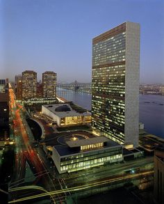 United Nations / Wallace K. Harrison N.D. Bassov, Gaston Brunfaut ,Ernest Cormier, Le Corbusier, Liang Ssu-cheng, Sven Markelius , Anne-Claus Messager, Oscar Niemeyer, Howard Robertson, G.A. Soilleux, Garrett Gruber, Julio Villamajo Manhattan, New York City, New York, United States 1947-1952 © United Nations Photo