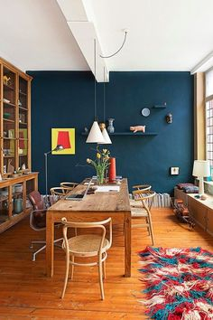 Me he enamorado de esta pared azul petróleo. Los detalles con rojo, naranja y amarillo le dan un toque divertido y ecléctico