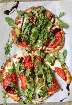 You could say this Tomato, Mozzarella & Arugula Naan Pizza I made is sort of a cross between a caprese pizza and a BLT. It has tomatoes, mozzarella, pancetta and arugula all on top of naan bre… Naan Pizza, Flatbread Pizza Recipes, Recipes With Naan Bread, Healthy Pizza Recipes, Vegetarian Recipes, Cooking Recipes, Naan Flatbread, Pizza Pizza, Kitchen Recipes