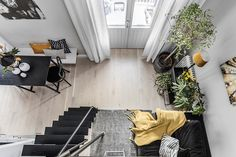 When a home is limited in its area, high ceilings can help. In this very small apartment in Stockholm, thanks to the mezzanine bedroom, it was possible to make room for a full-sized living room in which you can feel spacious and even receive guests. As for the color scheme, Scandinavian gray is diluted here …