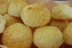 Pão de queijo de tapioca Ingredientes: xícara usada com capacidade de 240ml 1 1/2 xícara (chá) de leite 6 colheres (sopa) de óleo 1 xícara (chá) de farinha de tapioca 1 ovo inteiro batido 1/2 xícar…