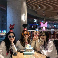 Cute Friend Pictures, Best Friend Photos, Girl Pictures, Korean Girl Photo, Korean Girl Fashion, Chica Dark, Dark Rose, Korean Best Friends, Estilo Indie