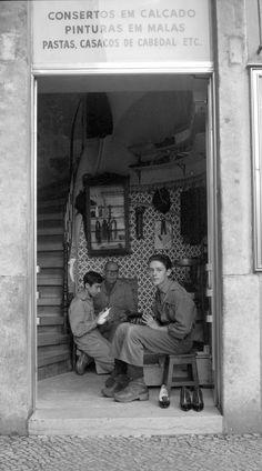 Antiga Rua do Príncipe, antes Travessa Camões Rua Primeiro de Dezembro Portuguese Language, Portuguese Tiles, Old Photos, Vintage Photos, Old West Saloon, Nostalgic Pictures, History Images, Photography Tours, A Moment In Time