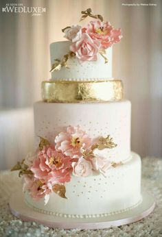 Pink Wedding Cakes Pink and gold wedding cake; photo: Melissa Gidney Photography - Draw your attention over to this stunning collection of delicious wedding cakes with golden details. Trust us, you'll be in awe. Beautiful Wedding Cakes, Gorgeous Cakes, Pretty Cakes, Amazing Cakes, Metallic Wedding Cakes, Pink And Gold Wedding, Floral Wedding, Cake Wedding, Rustic Wedding
