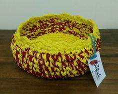 Cesto amarelo e vermelho ( fio de malha duplo) - 22 cm de diâmetro.