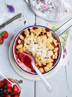 bester Erdbeer Rhabarber blaubeere Crumble bester crumble rezept backrezept dessert sommerrezept beeren beerenrezept mit dicken streuseln zuckerzimtundliebe foodstyling foodfotografie