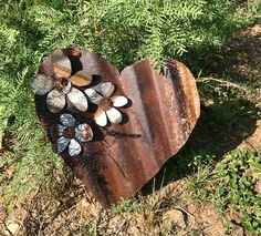 Rusty tin heart with twisted wire hangar. Measures 14 long by 12 wide and accented with a corrugated galvanized flower. Rust pattern will vary on each heart. Metal Art Projects, Metal Crafts, Welding Projects, Diy Projects, Metal Yard Art, Scrap Metal Art, Cortinas Boho, Barbed Wire Art, Metal Christmas Tree