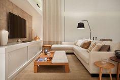 Apartamento Cristina e Laura Bezamat (Foto: divulgação) Tv Wall Design, House Design, Home Theather, Family Room Walls, Home Tv, Decoration, Living Room Decor, Couch, Interior Design