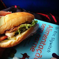 Voltando! Consegui um hambúrguer de soja no super de Garanhuns e preparei uns bons quatro super sandubitos!  alface tomate cebola roxa maxixe mostarda e ketchup - tudo reaproveitado do almoço  Uma diiiilícia!  P.S.: voltando é modo de dizer já que perdemos a conexão com o outro ônibus que pegaríamos e vamos ter que dormir no meio do caminho!
