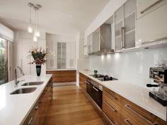 Idea cucina piccola con pavimenti in quercia e mobili e piani lavoro in pietra bianca