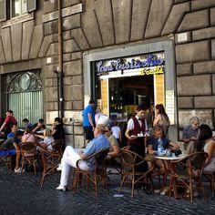 Il dolce far niente...  Essa é a delícia de relaxar tomar um dos melhores cafés de Roma... Mostrei tudo lá no #snapchat em_roma hoje! Corre lá!! .  #Roma #europe #travel #travelgram #instatravel #eurotrip #italia #italy #rome #trip #travelling #funny #goodvibe #amazing #sunset #travellingaroundtheworld #cafe #emroma#viagem #viajar #turismo #dicas #ferias #dicasdeviagem #brasileirospelomundo #coffee #caffè #viajandopelomundo