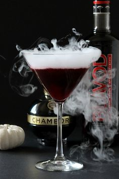 Be the ghostess with the mostess at your Halloween bash this year by impressing your friends with the spooktacular Black Widow cocktail! Blue Cocktails, Cocktail Drinks, Fun Drinks, Yummy Drinks, Alcoholic Drinks, Beverages, Tequila Mixed Drinks, Mixed Drinks Alcohol, Alcohol Drink Recipes