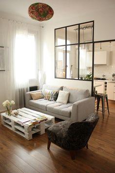 La verrière est un bon moyen de séparer la cuisine du salon en laissant entrer la lumière #Verrière #Déco #Salon