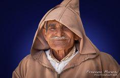Old man. Sentado a la entrada del cementerio de Larache, la piel agrietada del rostro de este anciano bereber nos descubre una vida llena de trabajo y vivencias.
