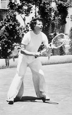 Katharine Hepburn works her signature minimal androgynous look in baggy white trousers and plain white T-shirt. Old Saybrook, Androgynous Look, Mary Queen Of Scots, Bags Online Shopping, Tough Girl, Stylish Handbags, Katharine Hepburn, She Movie, Classic Actresses