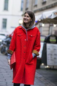 Diese 16 Streetstyles aus Kopenhagen zeigen, wie Winterstyling geht #refinery29 http://www.refinery29.de/streetstyles-copenhagen-fashion-week#slide-7 Die Front sagt Jeansjacke, die Länge spricht für einen Mantel und die Farbe bringt Stephanie Gundelach zum Strahlen. ...