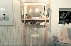 Ett trendigt skåp på utsidan – och ett drömmigt sminkbord på insidan. Slå två flugor i en smäll med det här fina Ikea-hacket – som dessutom är superenkelt att göra själv!