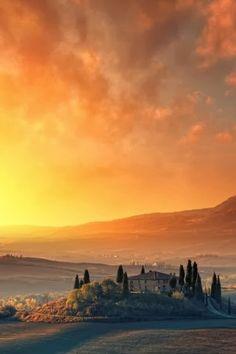 Lever de soleil d'automne à Val d'Orcia Siena en Toscane, Italie.  atypika.ca