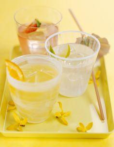 Recette Cocktail Martini frappé : Dans un verre, pilez le citron et l'orange. Ajoutez le Martini et de la glace pilée jusqu'en haut du verre. Servez immé...
