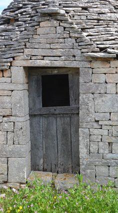 the stone masons. This building is made entirely with stone, except for the wooden door. Door Knockers, Door Knobs, Door Handles, Porte Cochere, Old Doors, Windows And Doors, Vernacular Architecture, Landscape Architecture, Puglia Italia
