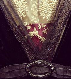 Détails d'une robe vers #1912 ! #antiquecostume #periodcostume #edwardian #historicalfashion #inlove #embroideries #belleepoque