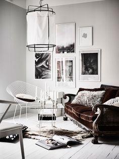 En lägenhet fylld med vacker inredning, fina tips och roliga DIY hittade jag hos Entrance mäkleri och de fina bilderna är tagna av Anders Bergstedt. Vardagsrumsväggen har prytts med snygg svartvit...