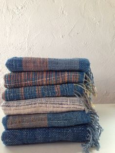 Handwoven scarves by Cotton and Loom Bufandas tejidas a mano por Cotton and Loom Home Textile, Textile Art, Textile Design, Loom Weaving, Hand Weaving, Weaving Textiles, Weaving Patterns, Tweed, Weaving Projects