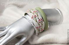 Купить или заказать Комплект браслетов 'Герань' в интернет-магазине на Ярмарке Мастеров. Браслет из полимерной глины с объёмным вылепленным вручную декором в виде нежных соцветий герани. Выполнен в весенних розово-зелёных тонах. Текстура приятная на ощупь, интересно 'читать' ее кончиками пальцев. Дополнен узкими простыми браслетами в тон. Размер стандартный, с внутренним диаметром 6,5 см. На заказ можно изготовить любой размер. Определить свой размер www.livemaster.