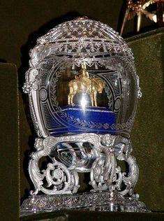 """Para Maria Feodorovna, em 1910, o ovo """"Alexandre III Equestre"""" fez a sua Páscoa, pois relembrava seu adorado marido."""