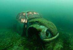 Het karkas van een VW Beetle werd op de bodem van een steengroeve in Lancashure geplaatst en is nu een attractie voor duikers