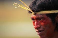 """Un indígena Xavante del movimiento """"Grito do Cerrado"""", asiste a una manifestación en Brasilia, Brasil (Eraldo Peres/AP)"""