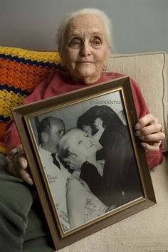 Nancy Anderson was editor of Photoplay and reporter for Copley News Service. For the first time she met Elvis in 1956 when interviewed him on the set of Love Me Tender. Nancy, like Elvis, was a native of Tennessee and lived in Hollywood. She wrote an. Elvis Presley Family, Elvis Presley Photos, Elvis Presley Cake, Elvis And Priscilla, Lisa Marie Presley, Robert Sean Leonard, King Creole, King Of The World, Graceland