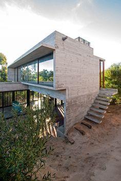Luciano Kruks auf Sand gebaute Casa MR in den Dünen von Buenos Aires ist ein echter Balanceakt. AD zeigt das Betonhaus.