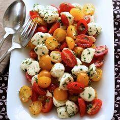 Fresh Mozzarella and Tomato Salad - Green Valley Kitchen - Salad Recipes Easy Salads, Summer Salads, Summer Dishes, Healthy Summer, Vegetarian Recipes, Cooking Recipes, Healthy Recipes, Delicious Recipes, Plats Healthy