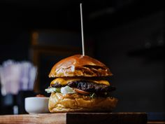 When it comes to burgers, there's a certain magic that gets created in professional kitchens, and most of us mere mortals fall far from the mark when it comes to preparing them at home…  However… It's not actually that difficult to create a restaurant-quality burger in your own kitchen – you just need to know what bun to use, how to properly sear the meat and the best cheese to pair it with!  Here's the expert guide ↓ tiny.cc/perfectlockdownburger #contactlessdesign #kitchenproject…