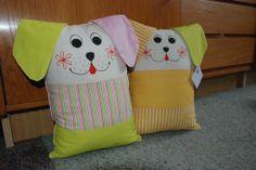 Polštář psík Polštář pejsek je ušit ze 100% bavlny, náplň polyesterové kuličky, rozměry 24x34cm, detaily domalovány barvou na textil,lze prát na 40°C.