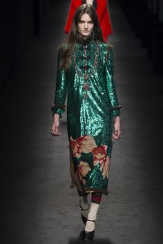 The complete Gucci Fall 2016 Ready-to-Wear fashion show now on Vogue Runway. Fashion Moda, Runway Fashion, High Fashion, Fashion Show, Womens Fashion, Fashion Design, Milan Fashion, Gucci, Fall Fashion 2016