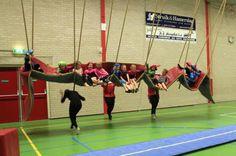 Reuzenschommel: Touwen en lange mat Pe Games, Games For Kids, Motor Activities, Activities For Kids, Pe Lessons, Camping Games, Badminton, Physical Education, Basketball Court
