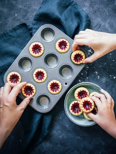 Candy Recipes, Baking Recipes, Candy Drinks, Thumbprint Cookies, Fika, Afternoon Tea, Cookie Decorating, Food Inspiration, Raspberry