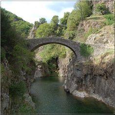 Le pont du diable Thueyts Légende suite Ardèche Durant cette construction le diable en profite pour étendre son emprise sur le gouffre et les rives. Aujourd'hui encore, lorsque la nuit tombe sur Le Pont du Diable, on entend les lamentations des âmes des villageois restées prisonnières du diable.