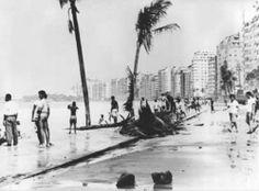 Av. Atlântica, em Copacabana - Início dos Anos 60 Na foto, vemos uma ressaca gigantesca na Princesinha do Mar, nessa época, as ressacas invadiam as garagens dos prédios