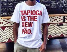 Confira 20 camisetas que além de estilosas trazem frases divertidas em português. T Shorts, T Shirt Diy, New Wardrobe, Cool Shirts, Funny Tshirts, Shirt Designs, Humor, Style Inspiration, Fashion Outfits