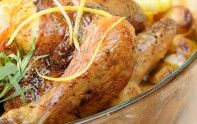 Le chef Cyril Lignac vous présente sa recette de poulet rôti au citron et à l'estragon. De quoi faire un bon festin.