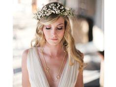 Tocado de novia hipster en corona de flores blancas