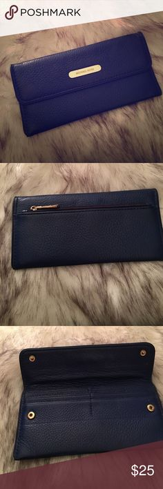 Blue Michael Kors wallet 💯 Authentic cobalt blue wallet , 4 credit card slots and a back section for cash back has a zipper for change. This wallet is pretty thin so it won't be able to fit a lot. The hardware is gold, the front Micheal Kors plate has scratches on it. Michael Kors Bags Wallets