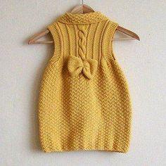 Baby Mädchen Strickkleid Modelle - mila à partir de 3 ans Girls Knitted Dress, Knit Baby Dress, Knitted Baby Clothes, Knitting For Kids, Baby Knitting Patterns, Craft Patterns, Dress Patterns, Crochet Patterns, Baby Outfits