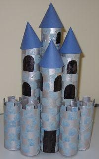 Wc-rollen en keukenrollen, grijse verf en kleine blauwe stickers gebruiken voor een echt kasteel