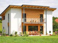 Combino Pulthaus • Holzhaus von Wolf System Haus • Fertighaus mit Kubus-Form, geradliniger Fassadengestaltung und modernem Pultdach • Jetzt bei Musterhaus.net informieren!